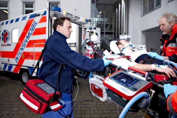 2021/08/HAMILTON-T1-intubated-patient-paramedics-ambulance.jpg.2016-01-20-10-04-10.jpg
